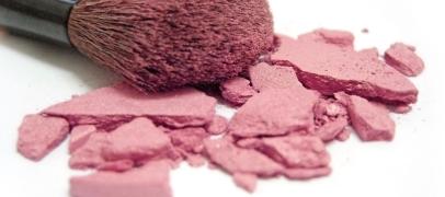 Jak naprawić pokruszony puder/róż/cień?