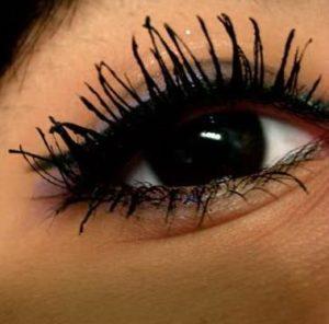 Błędy w makijażu: ślady tuszu wokół rzęs